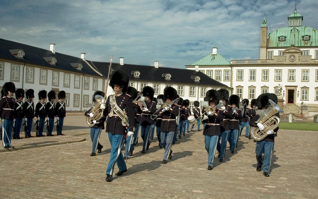 Den Kongelige Livgardes Musikkorps vagtparade på Fredensborg Slot 8 sep 2005