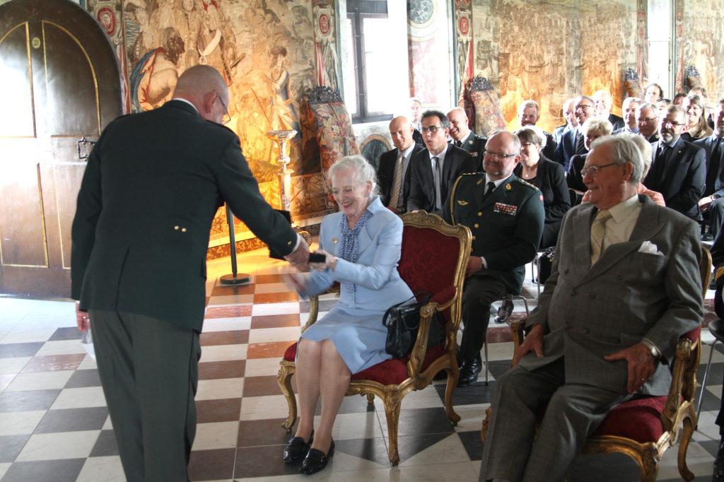 rosenborg-27-05-15-dronningen-faar-cd-foto-olav-vibild-2