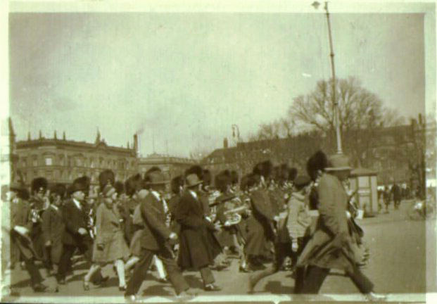 Livgarden på vej over Kgs. Nytorv, 1920'erne. Foto: Holger Damgaard.