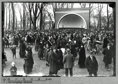 Musikkorpset i Kgs. Have ved den daværende musiktribune, 1912. Foto: Holger Damgaard