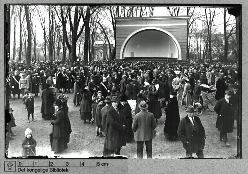 Musikkorpset i Kgs. Have ved den daværende musiktribune, 1912. Foto: Holger Damgaard.