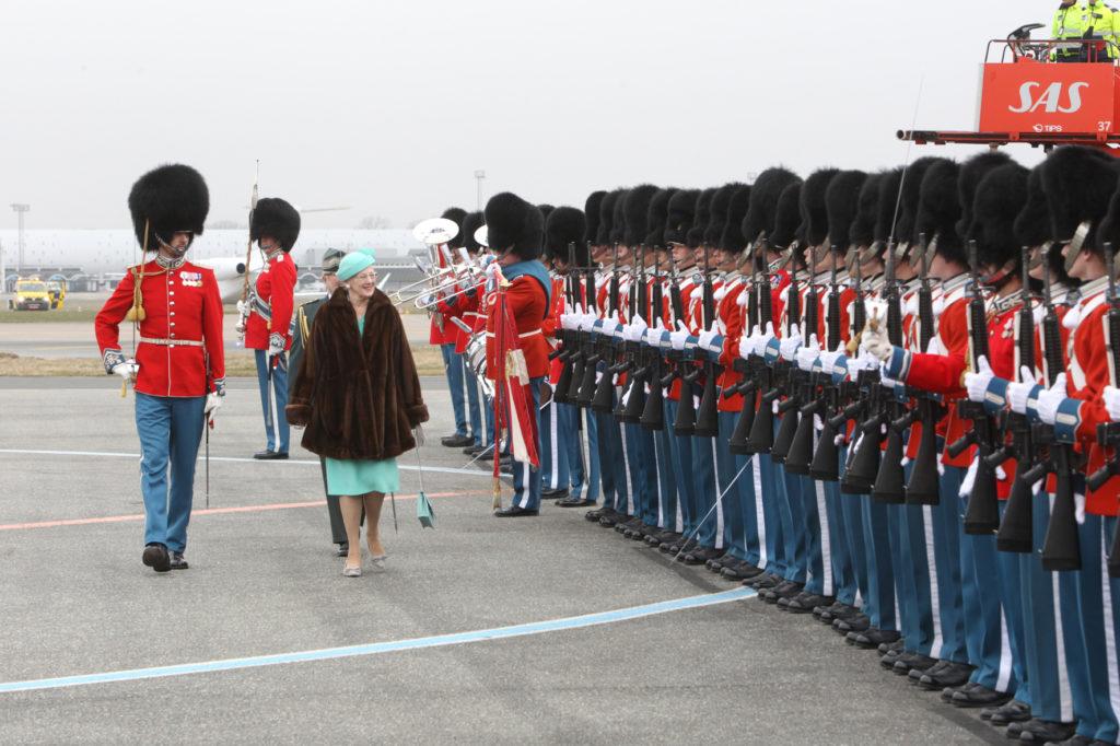HM Dronningen og Kong Philippe skridter fronten af.